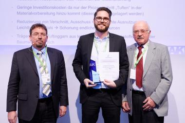 The lucky winner with the certificate, from left to right: Professor Jens Ridzewski (AVK), Sven Schöfer (ITA), Dr Rudolf Kleinholz (AVK)