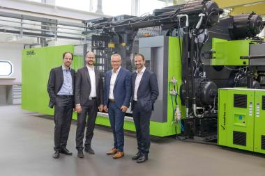 From left to right: Dr. Norbert Müller (Head of the ENGEL Technology Centre for Lightweight Composites), Dr. Michael Emonts (Managing Director of the Aachen Center for Integrative Lightweight Production (AZL) of RWTH Aachen University), Rolf Saß (General Manager of ENGEL Deutschland GmbH) and Dr. Christoph Steger (Chief Sales Officer at ENGEL Holding).