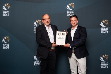 Stefan Ruholl, Geschäftsführer der Schmitz Textiles GmbH + Co. KG (l.), und Torsten Weißhaar, Sales Manager Automotive bei mobiltex,  bei der Preisverleihung des German Innovation Awards 2019 am 28. Mai